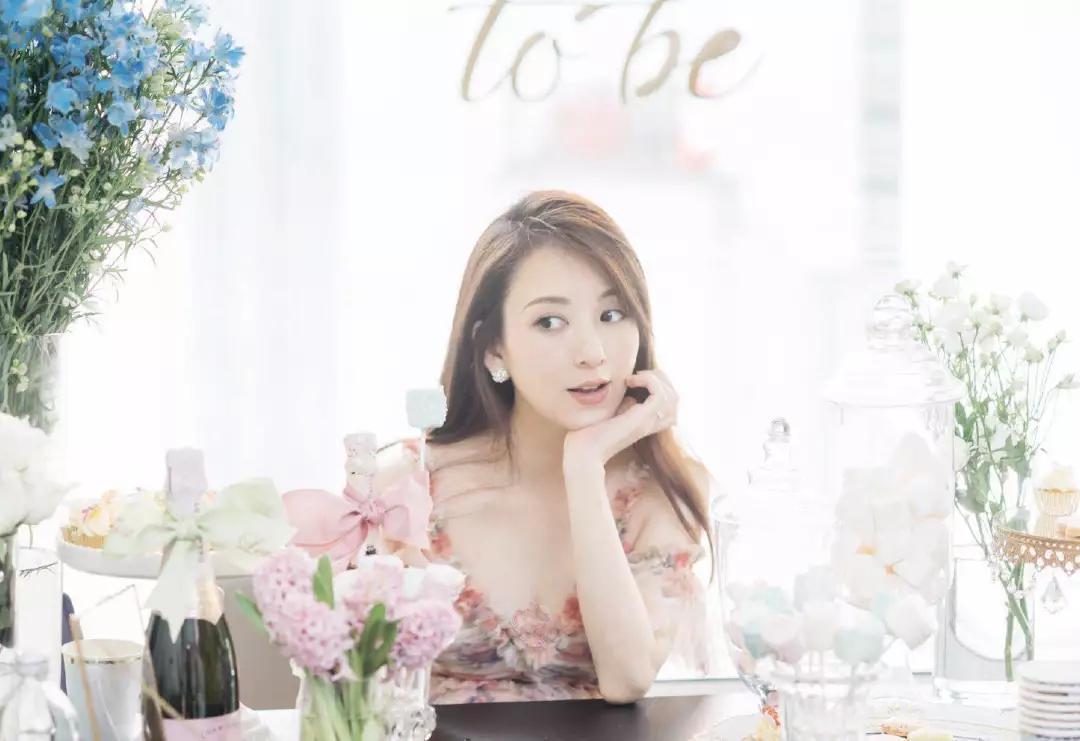 郭富城32岁娇妻方媛,一袭公主裙清纯又减龄,超模身材不像二胎妈 chunji.cn