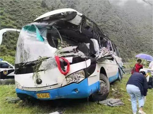 突发!四川一旅游大巴车被飞石击中,已致8死16伤