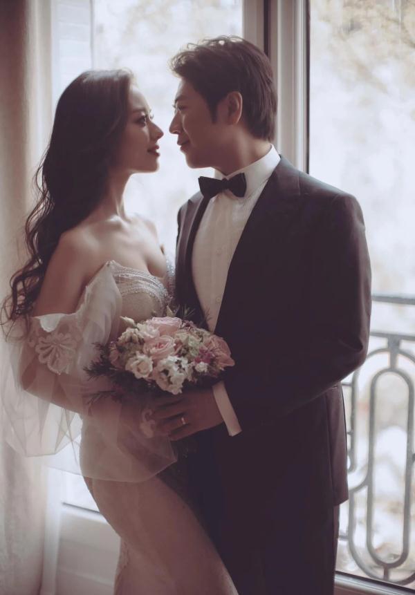 郎朗婚后首次和妻子合体登台表演,由于礼服领口低,妻子常捂胸口 v118.com