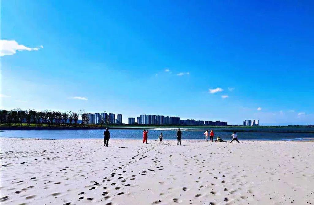 太原这座公园新开的沙滩浴场,让你晒着太阳假装在三亚