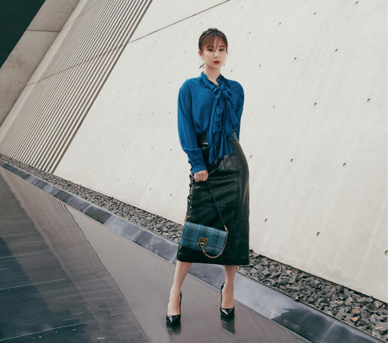 杨紫街拍大片曝光,穿蓝色衬衫搭黑皮裙酷酷,时尚感爆棚