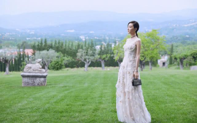 """34岁""""素颜女神""""王丽坤,四套礼服造型演绎公主风,颜值很能打"""