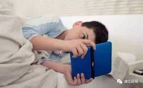 """经常熬夜玩手机,14岁姐姐和8岁弟弟竟变成了""""小矮人""""!"""