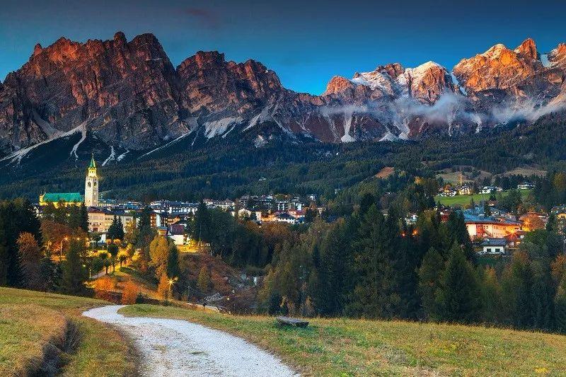 这里山峦壮丽,奇峰林立,姿态独特而迷人,大山怀抱着许多魅力无穷的图片