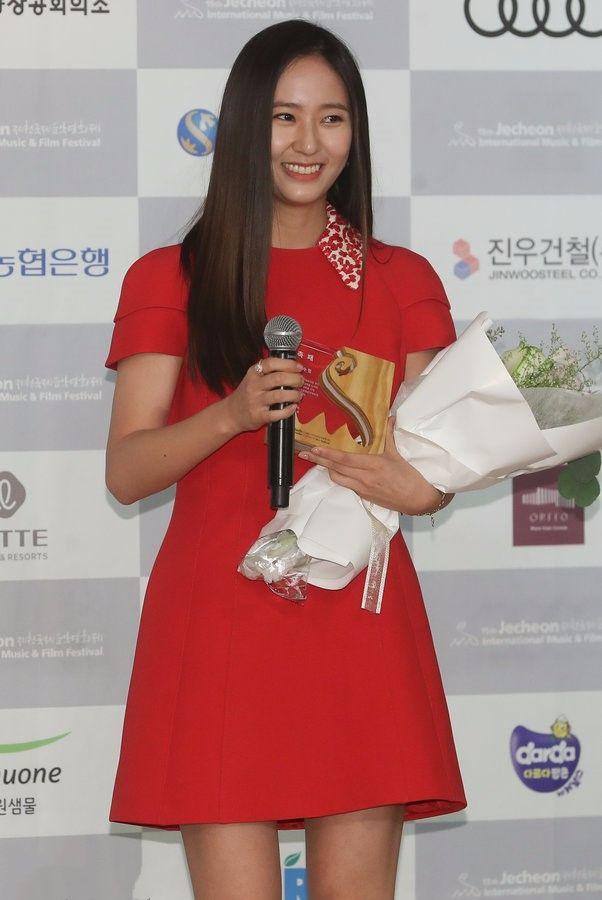 韩国美女就这水平?郑秀晶除了胖和黑,腿不直还很短!