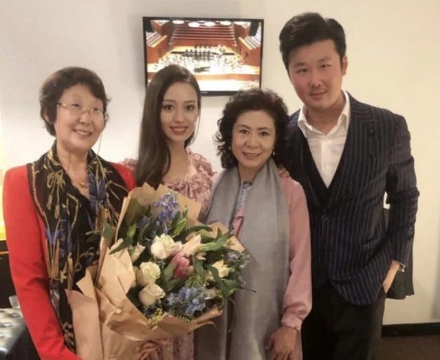 郎朗婚后首次和妻子合体登台表演,由于礼服领口低,妻子常捂胸口 chunji.cn