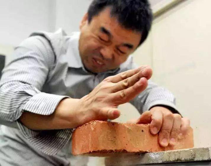 物理老师徒手劈砖究竟什么情况?物理老师徒手劈砖具体情况