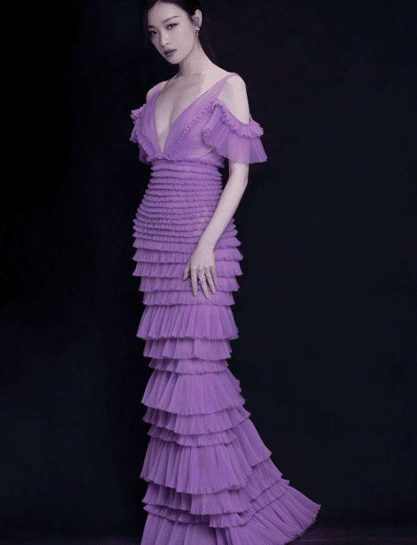 <b>论风情万种只服:倪妮穿紫色深V长裙性感优雅, 薄纱遮面展现朦胧美</b>