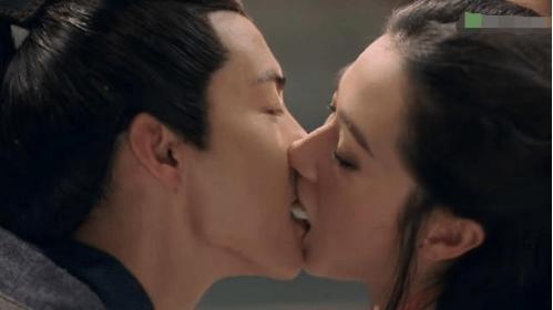 女星吻戏道具:万茜用饺子,关晓彤咬线头,杨紫的最奇葩