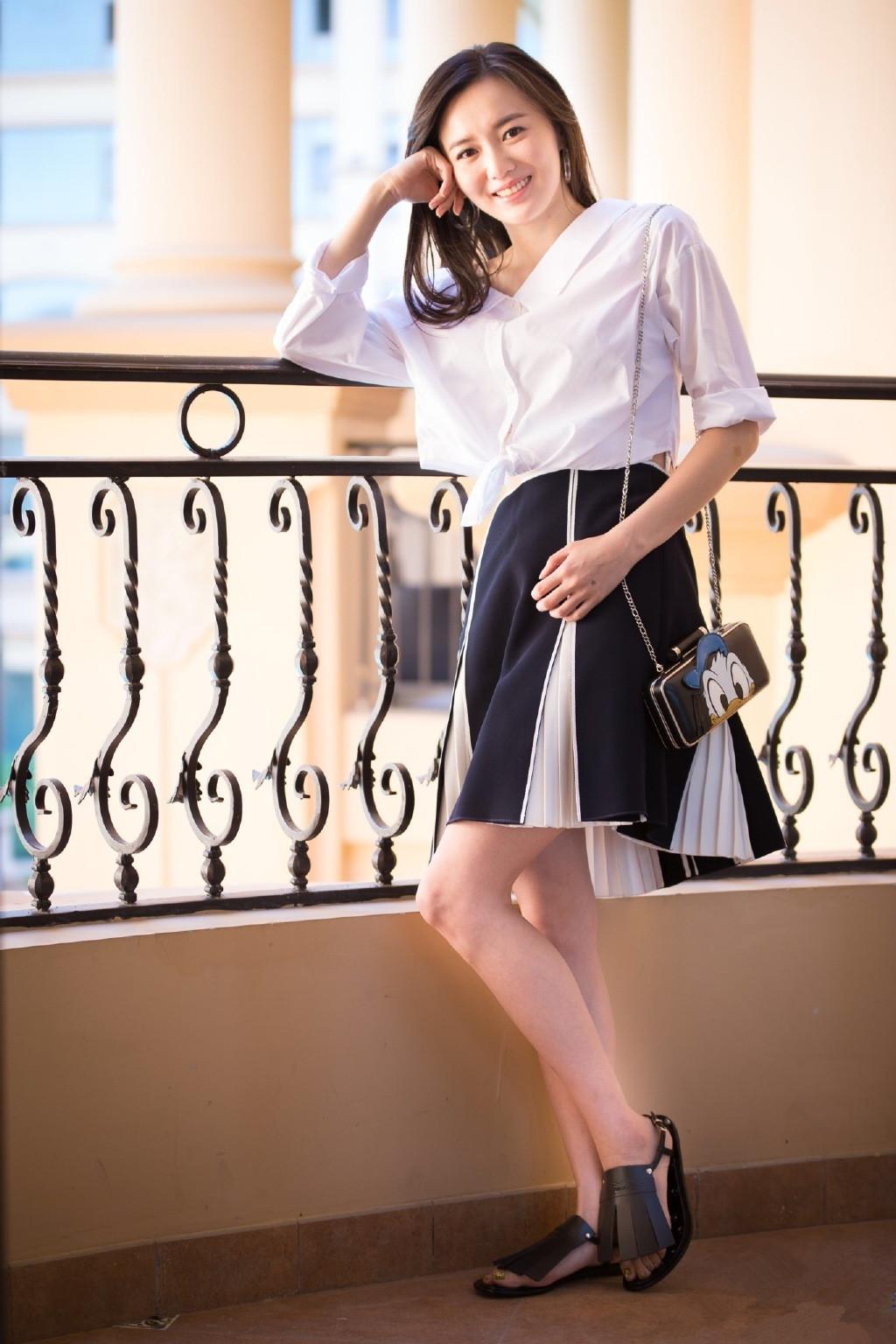 30岁江铠同越穿越时尚,露肩上衣配牛仔裤显身材,气质好迷人 v118.com