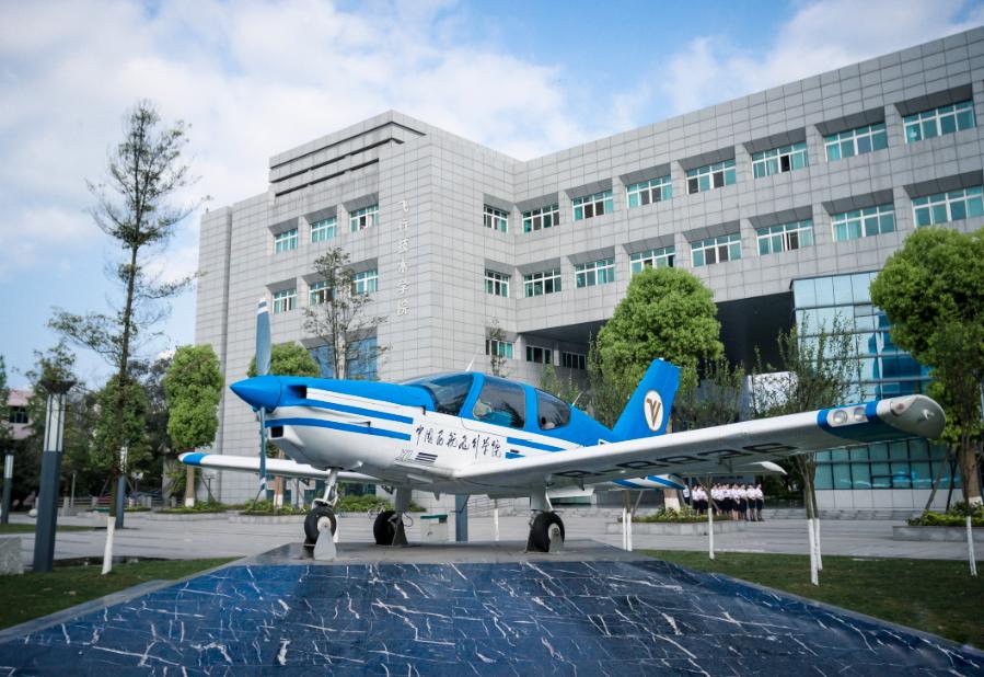 厉害了 贵州省黔西南州5名考生被录取飞行员,将圆梦蓝天