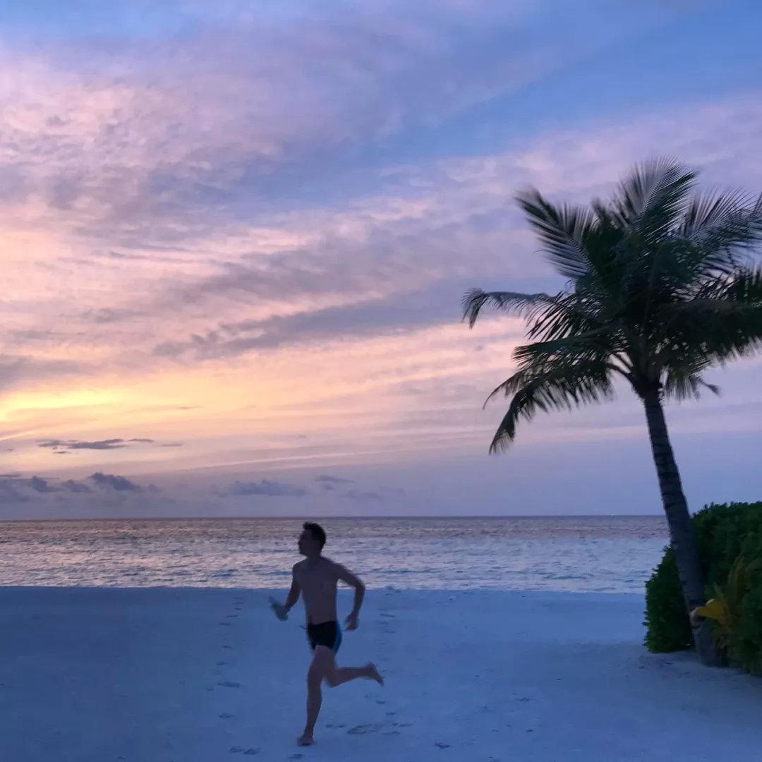 "<b>海岛太远?不如#菠萝一夏#,去身边的""菠萝酒店""过夏天。</b>"