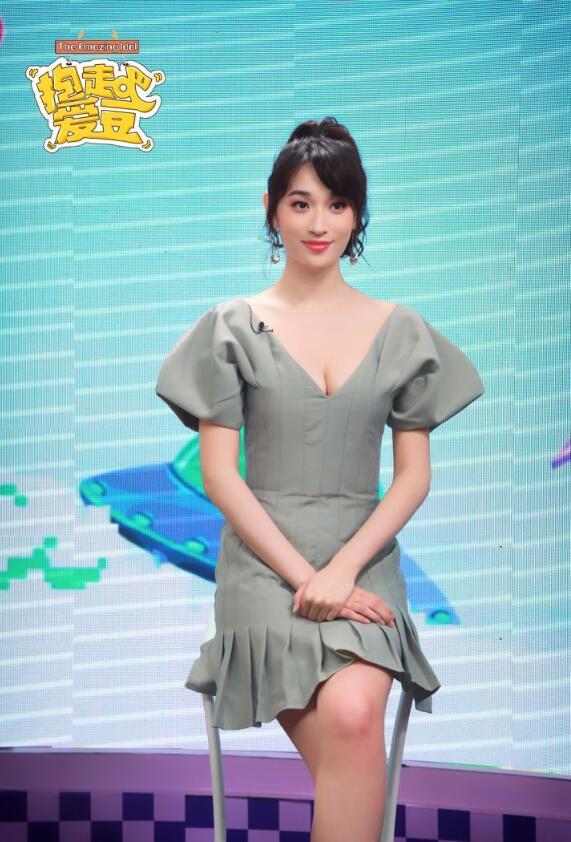 《热搜女王》:张馨比低胸裙大秀事业线