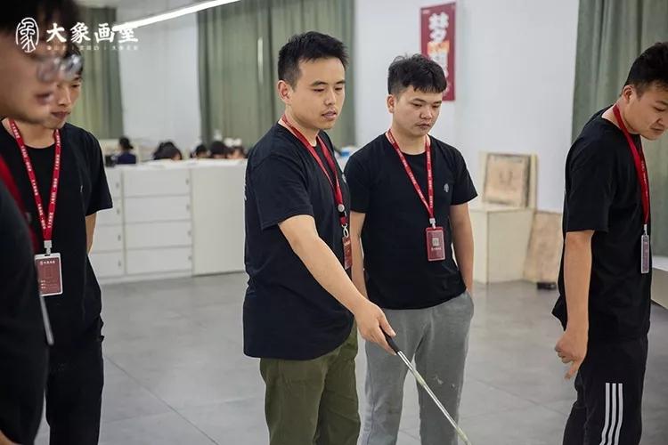 京东白条自己怎么套年夜象画室江玉卿学师一个自带典范语录上课的汉子