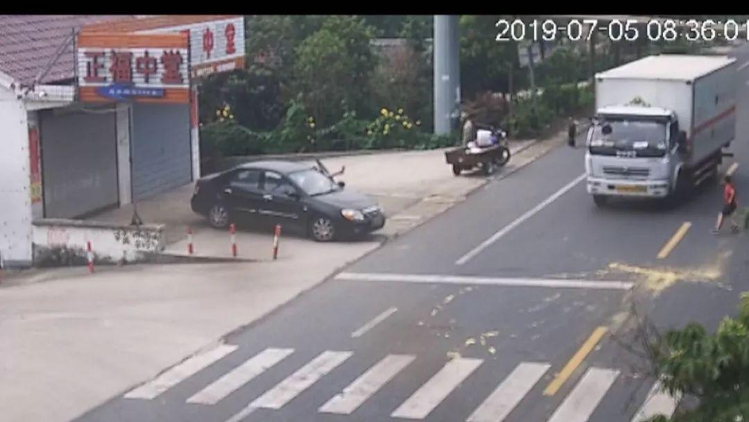 海安曲塘一8岁男童独自过马路时不幸.监控拍下