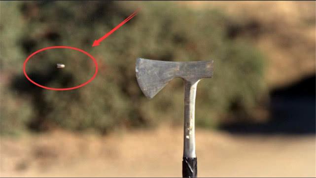 子弹的威力到底有多恐怖! 看老外射击斧头来做试验, 结果出人意料