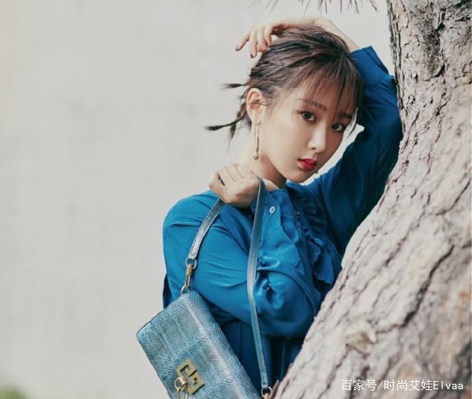 27岁杨紫高调现身新剧发布会,衬衫漆皮裙,配红唇大耳环美成焦点