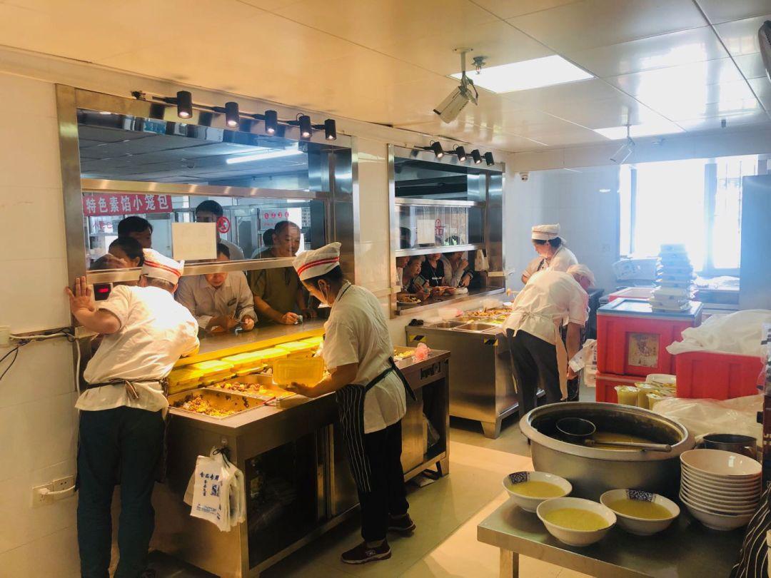 """坚持""""三心""""服务理念 打造良好就餐环境"""