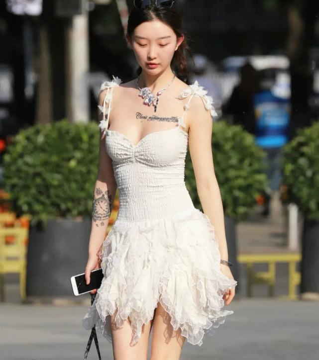 时尚街拍:你最美的身材,都裹在这条连衣裙里