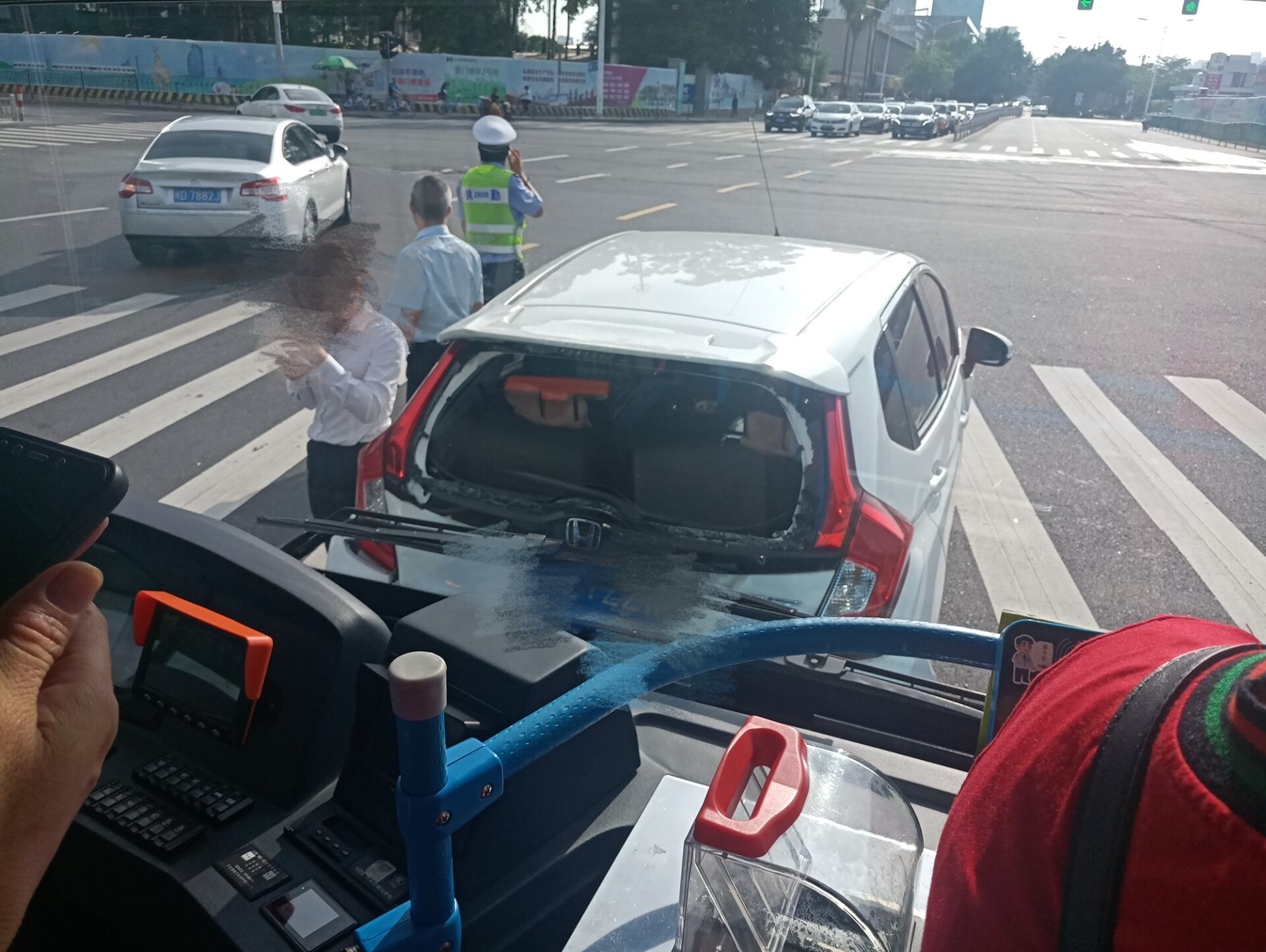 厦门湖滨北路湖滨中路交叉口突发交通事故,公交车猛烈追尾小车,现场有人受伤