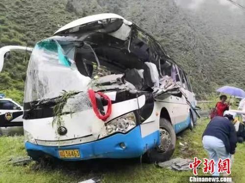 四川一大巴被飞石砸中致8死16伤 遇难者身份公布