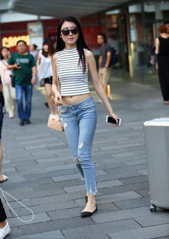 街拍, 美女穿起紧身牛仔裤, 一道靓丽的风景