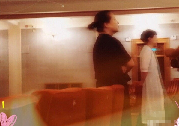 51岁陈小艺最新近照,身材纤细气质极佳,打破变老发福传言