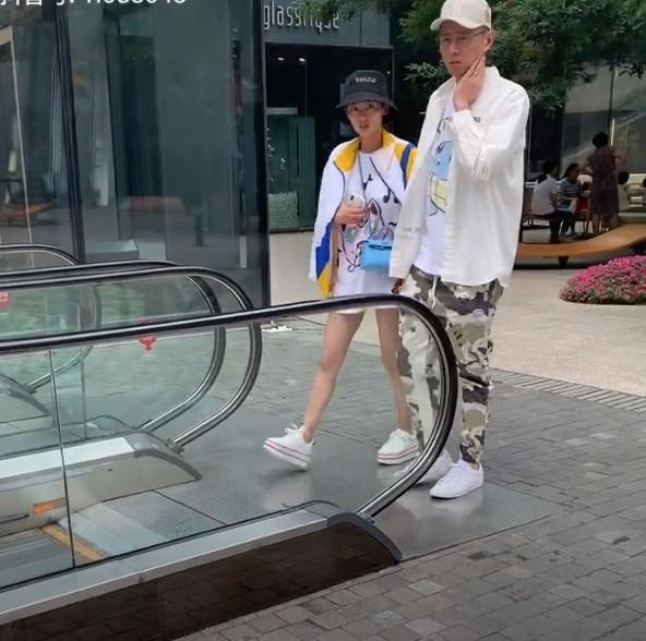 网友偶遇张嘉倪,穿厚底鞋比老公还矮一个头,不会只有1米5吧?