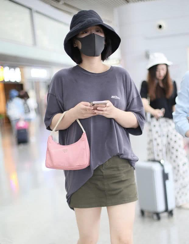 马思纯低调出行,穿灰色T恤搭短裙,大夏天穿棉袜是时髦
