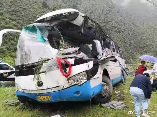 突发!又有旅游大巴出事了 已致8人死亡!