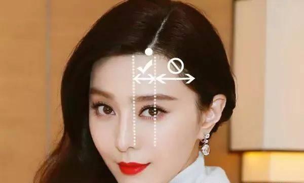 这个时候,变为一些修饰脸型的发型,比如说将发缝换成下面这个标准图片