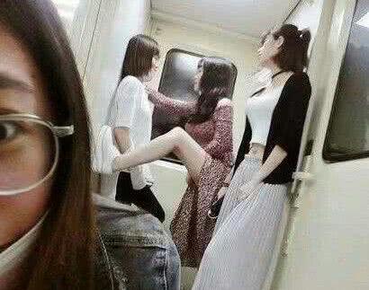 爆笑GIF图:这么大冷天,让伴娘穿成这样,于心何忍啊