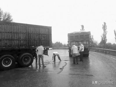 雨天车辆侧滑 右玉交警冒雨帮拖车