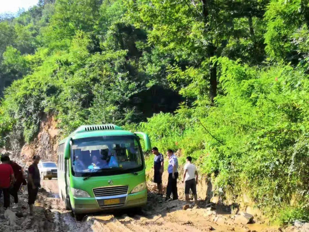 宁强胡家坝派出所及时救助一辆被困中巴客车