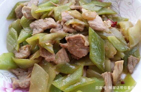 教你做美味的菜品莴笋肉片,先切薄片做准备,大火翻炒见美味