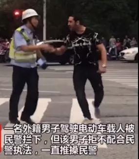 谁给他的胆子,敢推搡中国警察?!_男子