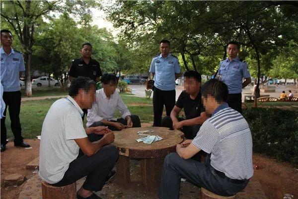 群众举报!四男子公共场合赌博被拘留罚款