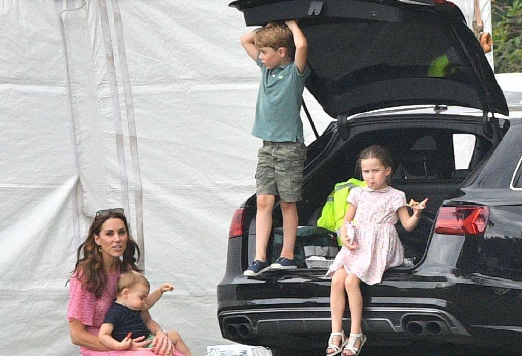 凯特王妃带仨娃现身,夏洛特穿粉裙美丽有气质,肉嘟嘟路易抢镜