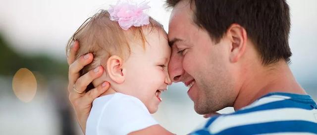 男星失手摔死自己的小女儿,千万别再这样抱宝宝了,太危险