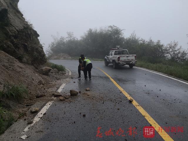 <b>云南泸水市一公路连续塌方近50辆车受困,民警雨夜紧急施救</b>