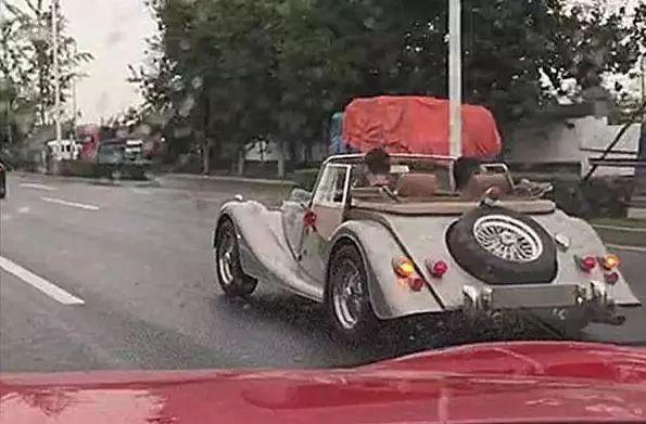 我在路上碰到了摩根敞篷车。敞篷车一秒钟就能关上!网友:牛逼