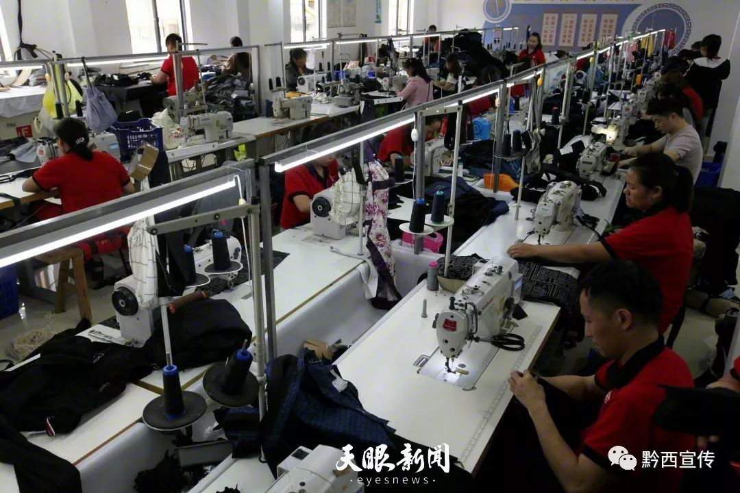 工人们在就业车间加工服装图片