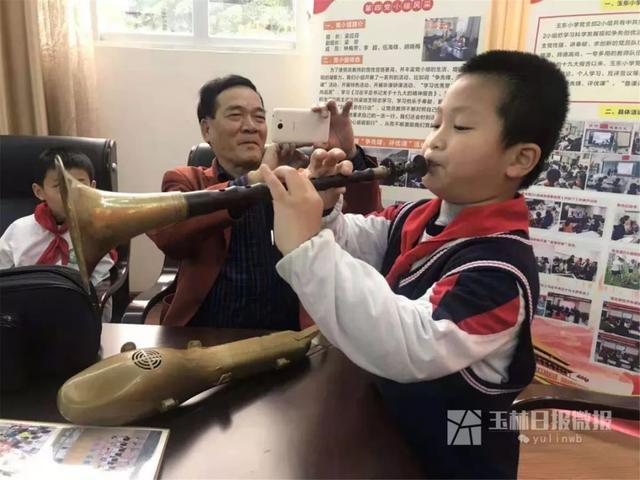厉害!这位玉林老人会8种乐器!优雅的人生与年龄无关