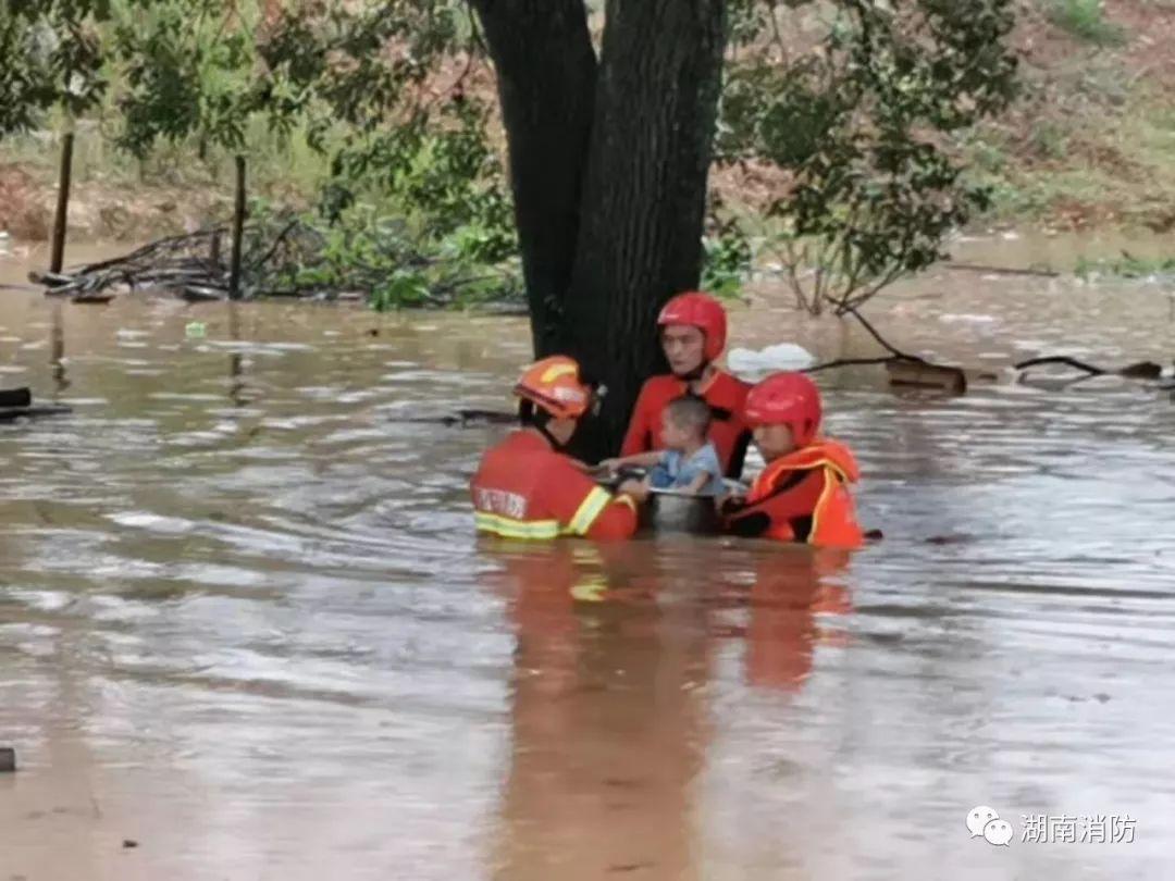 消防员用澡盆送9月幼儿过洪水