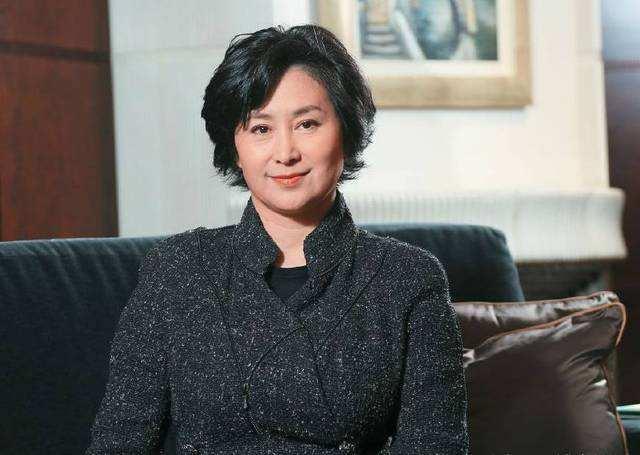 她是香港女首富,和李嘉欣是情敌,56岁仍不婚跟女闺蜜同居10年