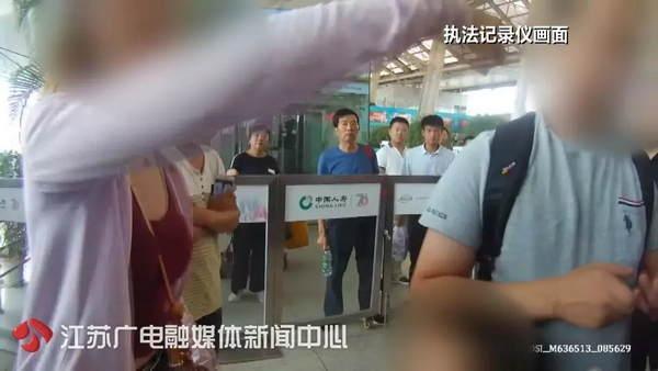 我不安检!因她一个人,大批旅客被堵在火车站外…结果引起舒适