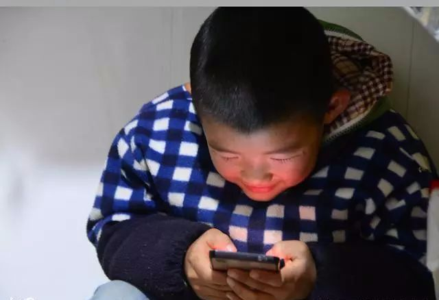 <b>孩子寒假痴迷手机,父母说两句就急眼!教你三招,一治一个准</b>