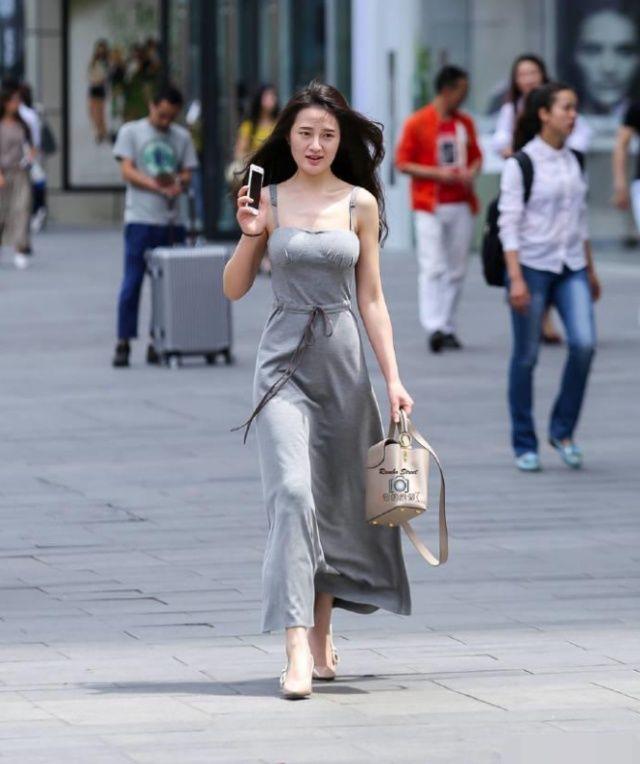 街拍:灰色质感吊带长裙街头,姑娘走路都带风!
