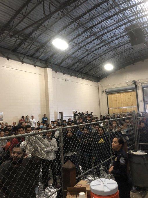 彭斯参观边境设施,近400人被关押在笼子内,还散发着可怕的恶臭