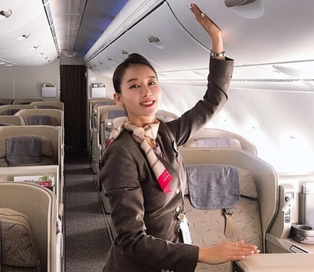 氣質迷人的25歲空姐,工作再忙都要抽空健身,睡前必做俯臥撐